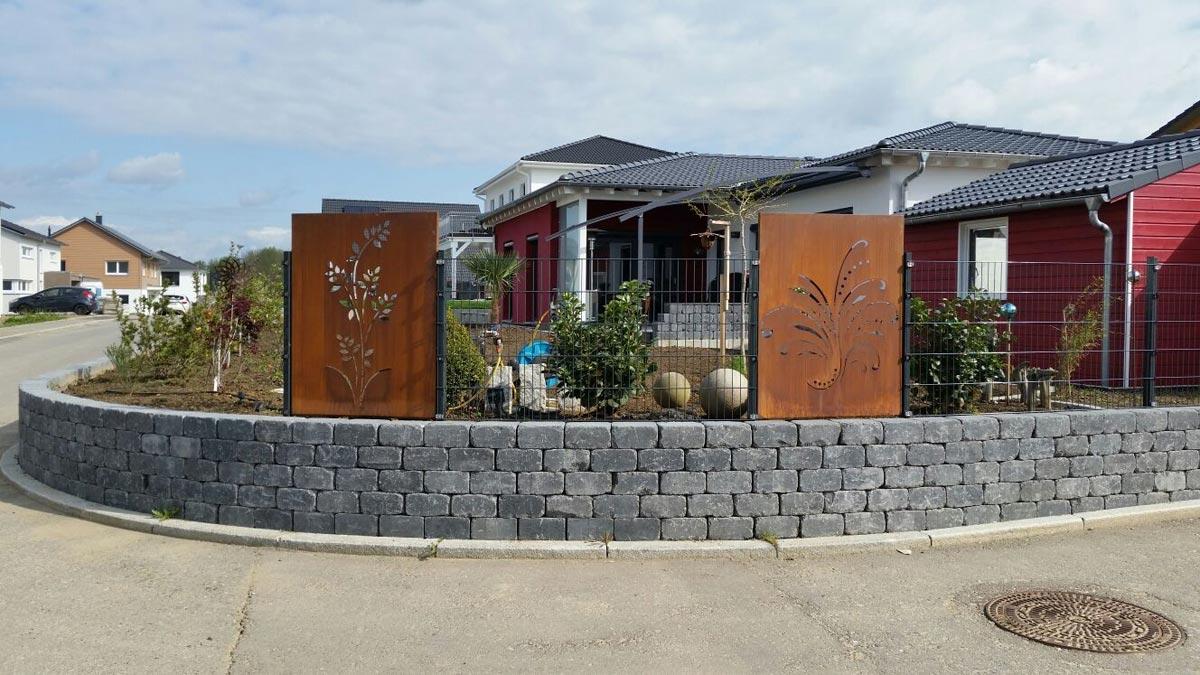 Gartendeko aus stein und metall
